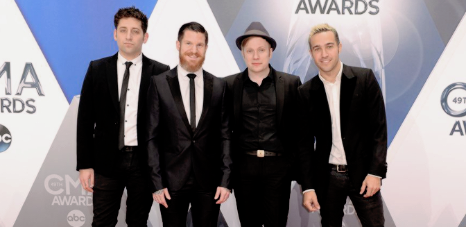THOMAS RHETT Y FALL OUT BOY HICIERON UN MASHUP PARA SU ACTUACIÓN EN LOS COUNTRY MUSIC AWARDS 2015